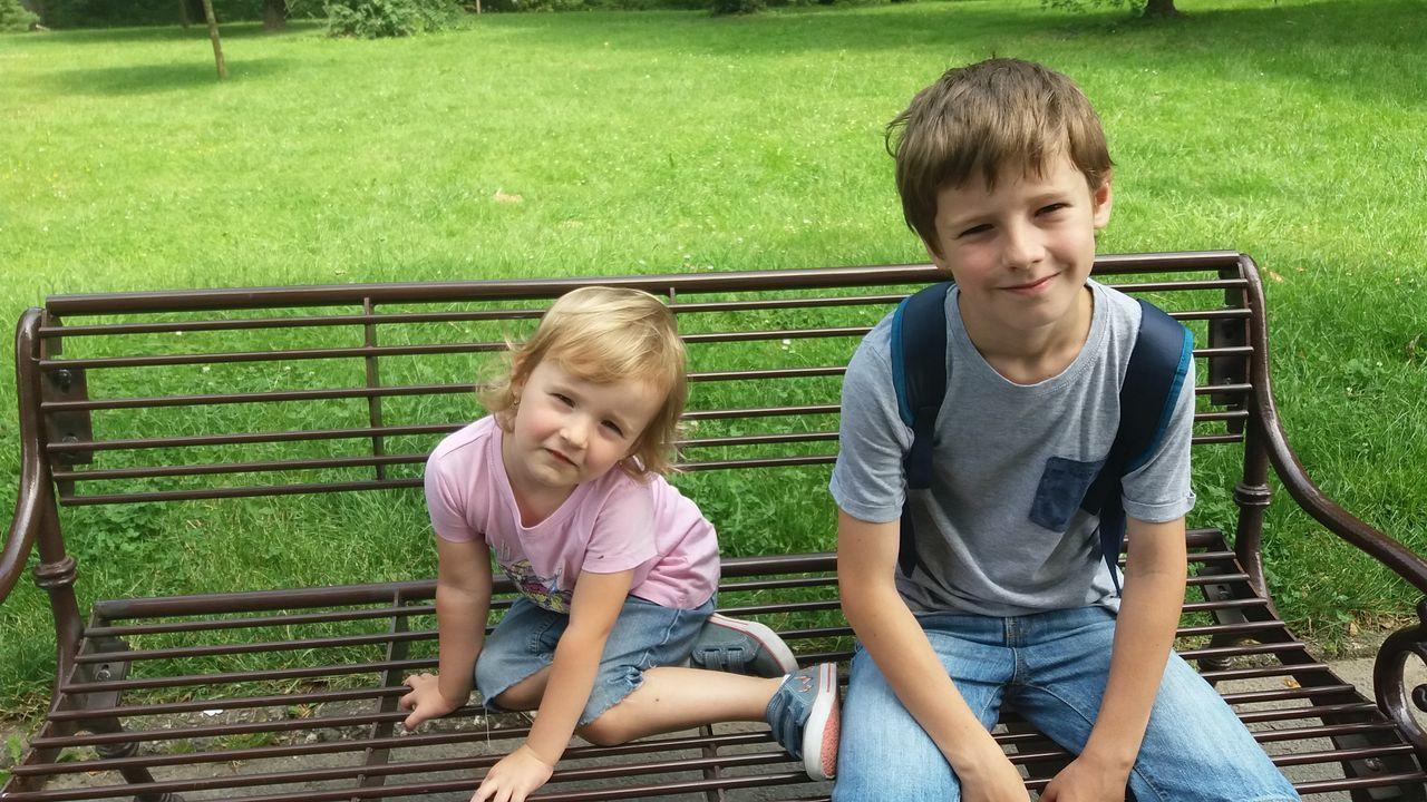Děti na lavičce v ZOO Lešná