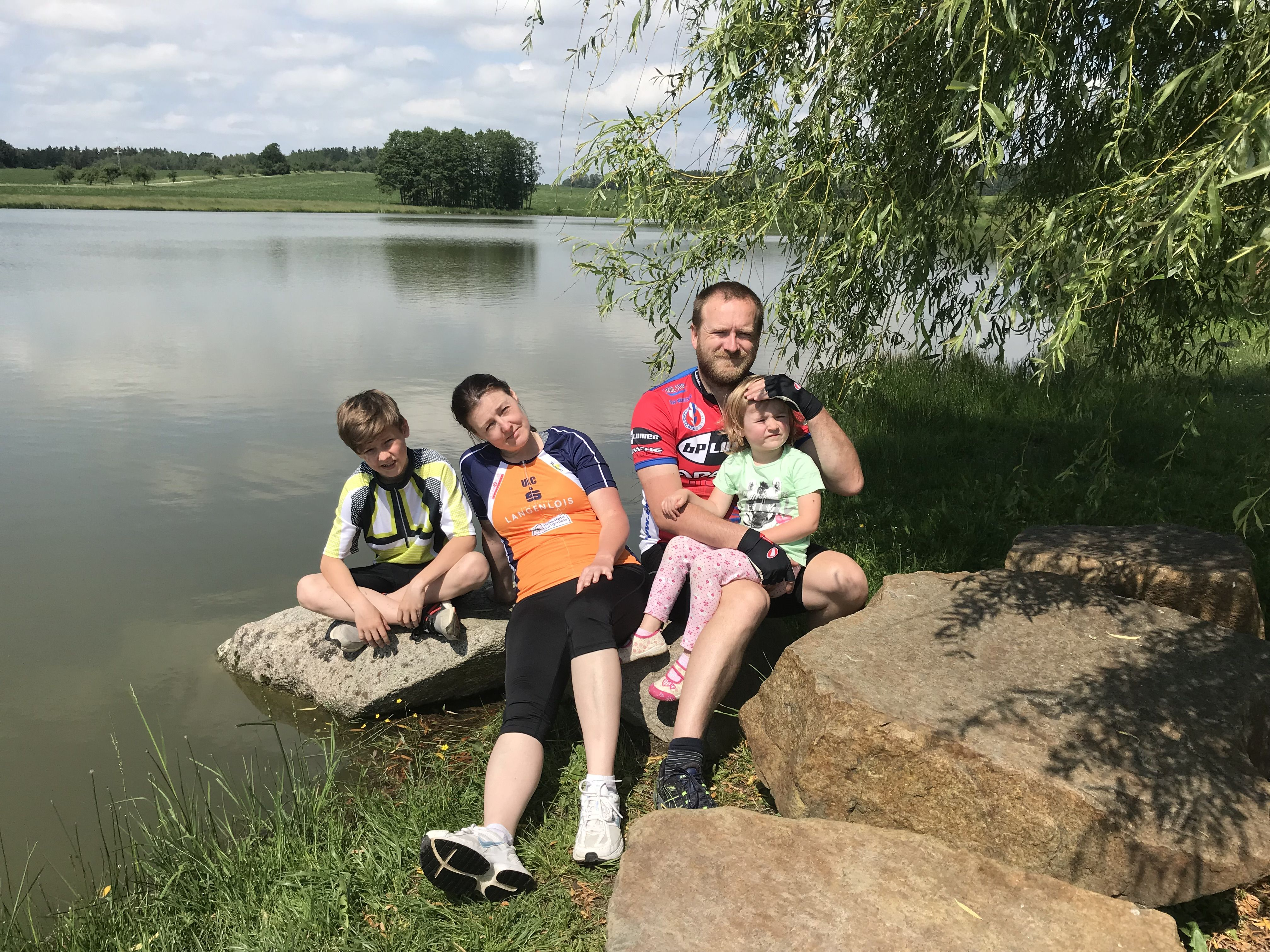 Rodinka u rybníka
