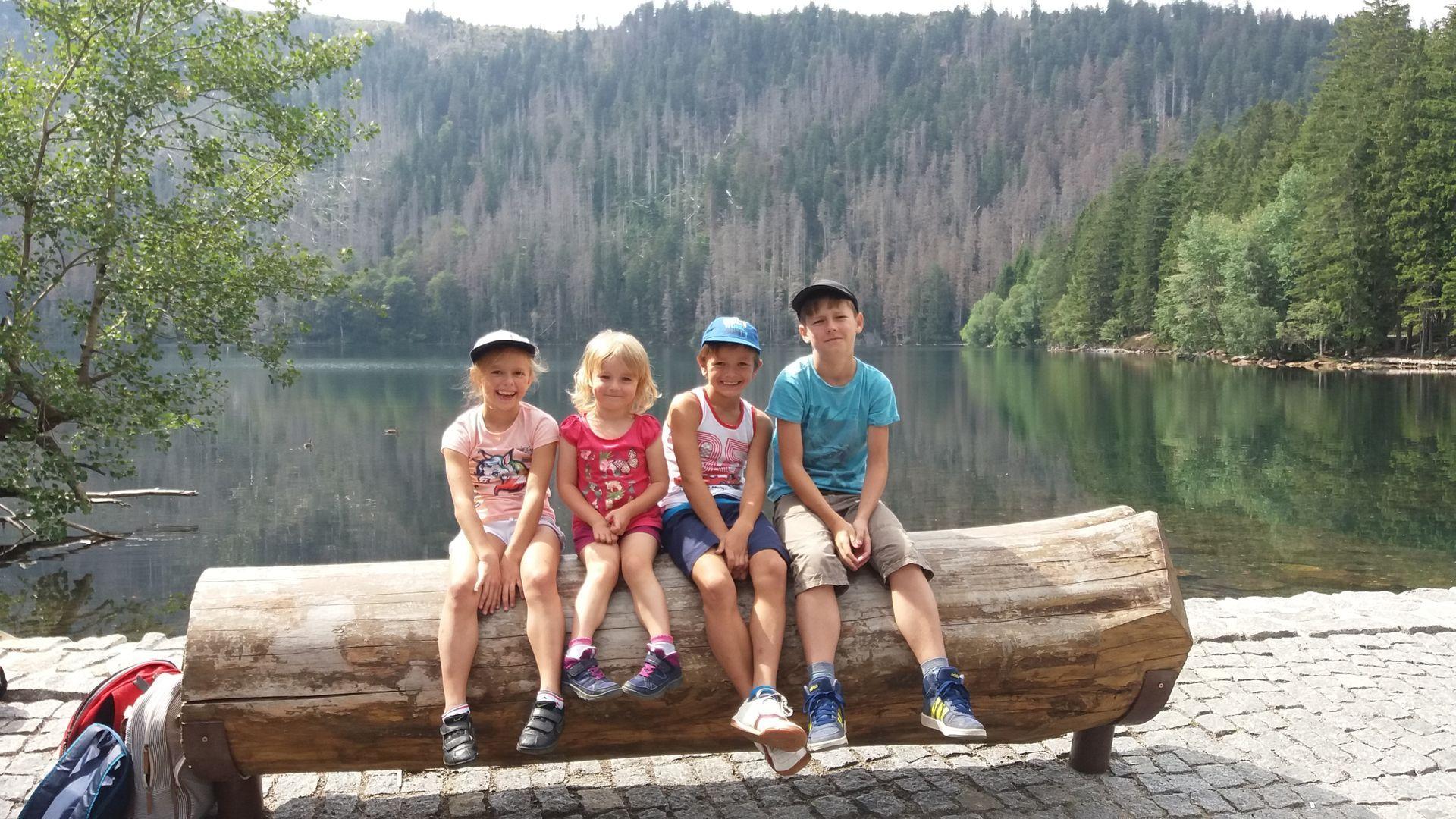 Děti u Černého jezera