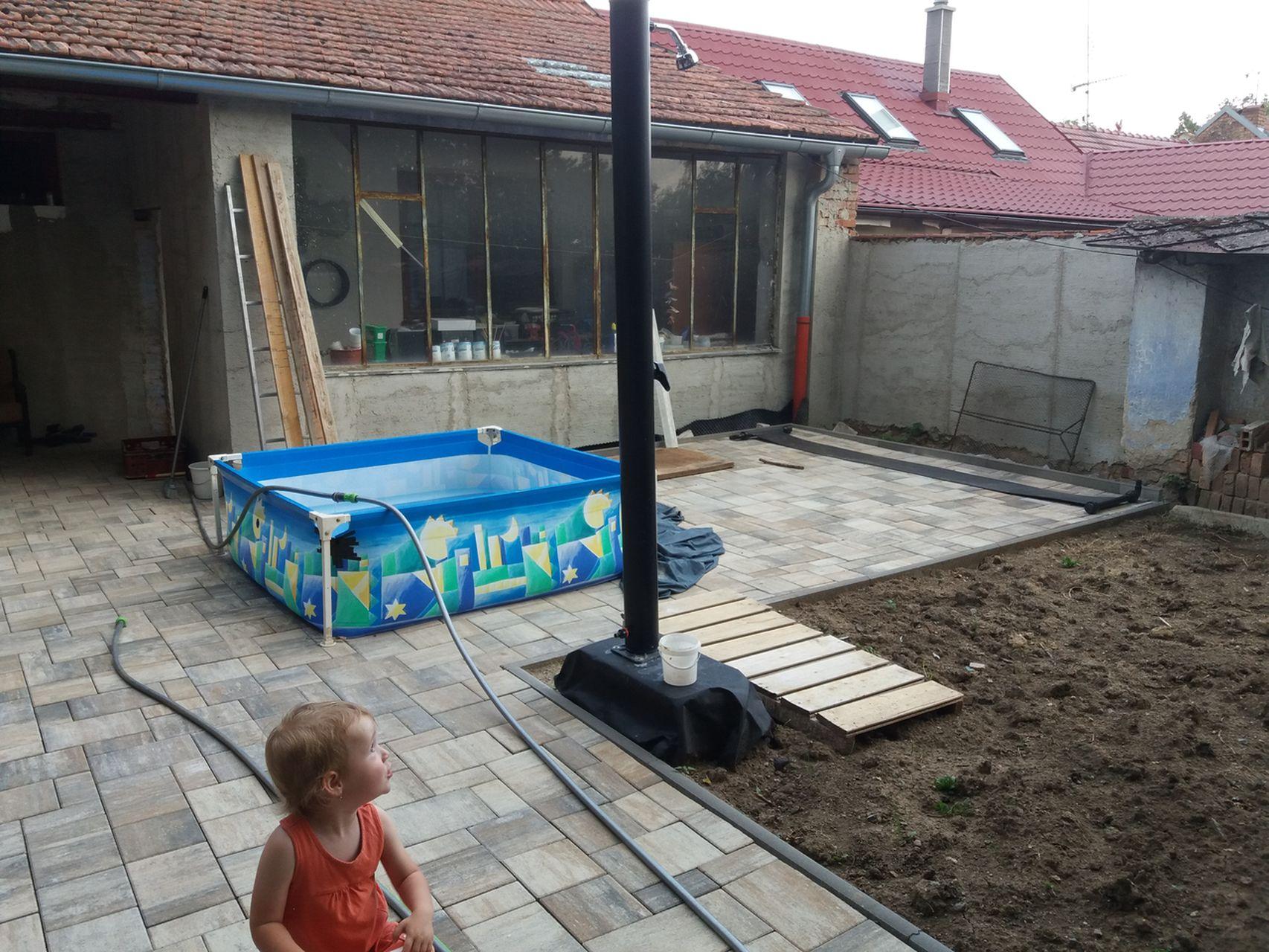 Dvorek a zahrada v létě 2017