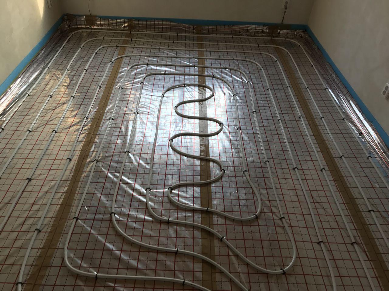 Pokládka trubek pro podlahovku