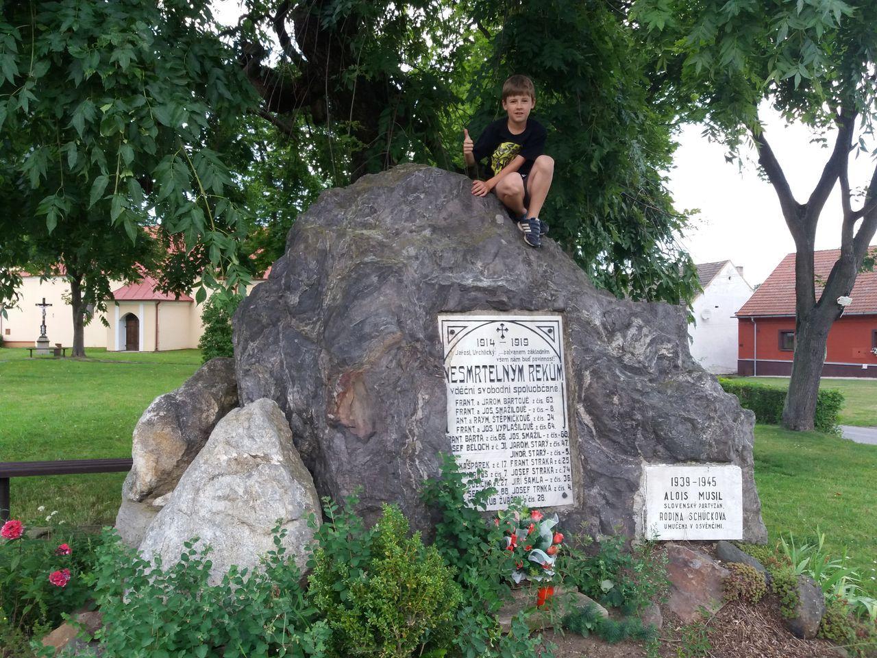 Na Dolní Bobrové u památníku