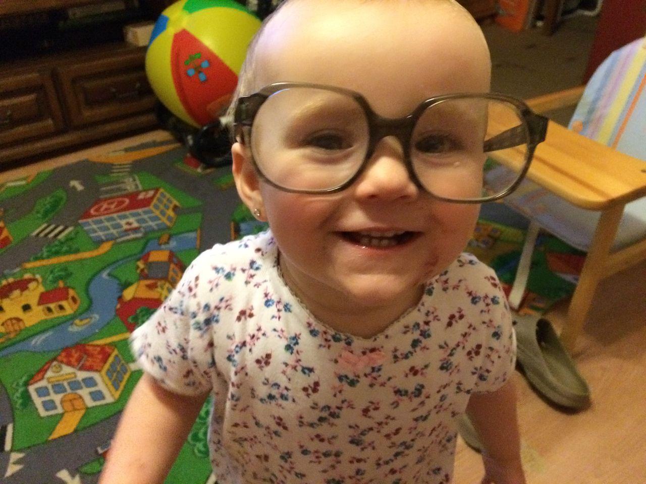 V brýlích